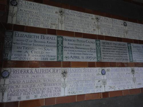 На табличках имена героев, отдавших свои жизни при спасении других людей